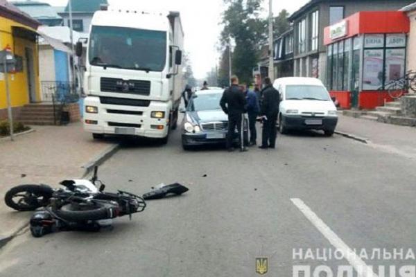 Потрійна ДТП: мотоцикліст протаранив два авто і переламав обидві ноги (Фото)