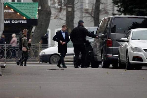 Новий скандал з Олександром Третяком: авто за півтора мільйони та особистий охоронець-швейцар