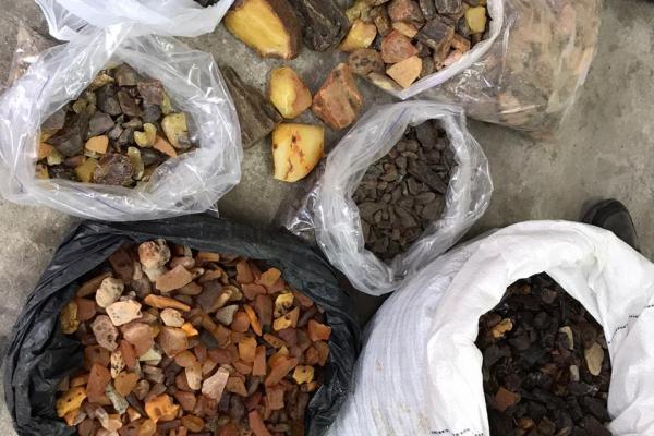 Правоохоронці під час обшуків вилучили понад 26 кг бурштину