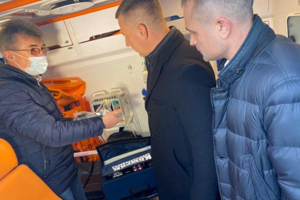 Допомога Центру екстреної допомоги: Віктор Шакирзян передав сертифікат на 30 кисневих балонів