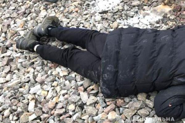 У Костополі поліцейські встановлюють особу загиблого на коліях чоловіка