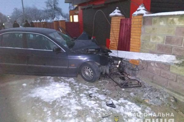 У Зарічному водій не впорався з керуванням та врізався у паркан: постраждав пасажир