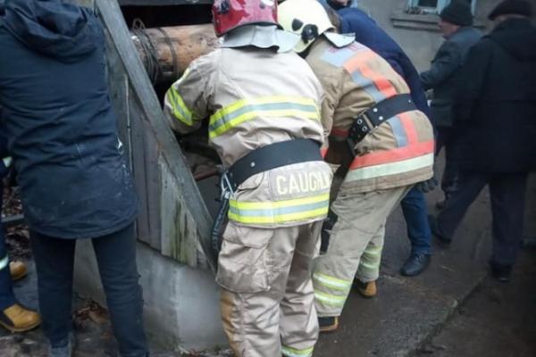 На Рівненщині чоловік поліз рятувати сусідку з колодязя, довелося діставати обох