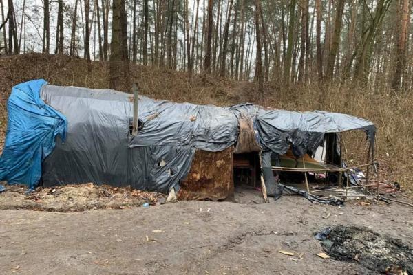 Роми, які раніше влаштували зимівку неподалік Решуцька, залишили купу сміття та цуценя