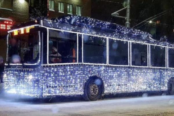 У новорічну ніч рівняни зможуть покататися на святковому тролейбусі