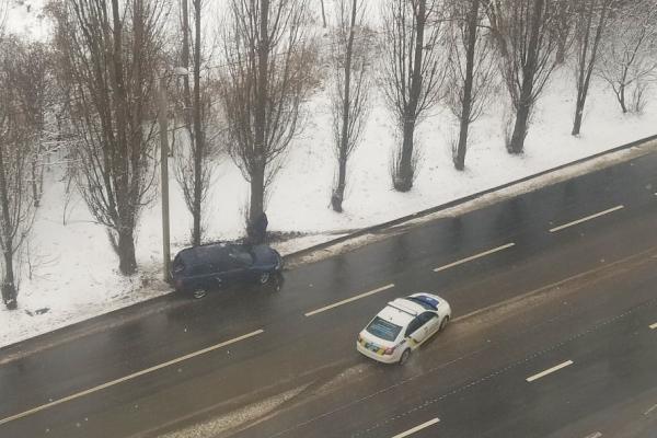 На вулиці Макарова у Рівному автівка злетіла з дороги (ФОТОФАКТ)
