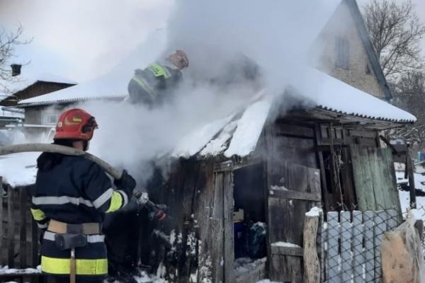 5 вогнеборців рятували від вогню дерев'яну будівлю на Рівненщині