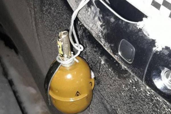 Рівненському поліцейському до дверцят позашляховика «Lexus» прикріпили гранату із запалом (ФОТО)