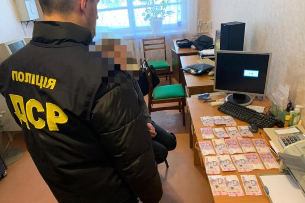 Рівненська посадовиця вимагала 21 тисячу гривень за свідоцтва
