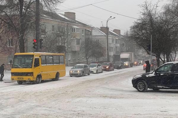 Цей сніг надовго: жителів Рівненщини закликають утриматися від поїздок