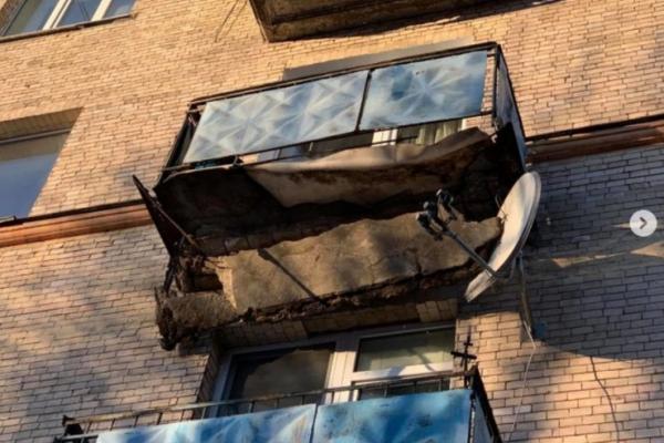 У центрі Рівного обвалюється балкон (ФОТОФАКТ)