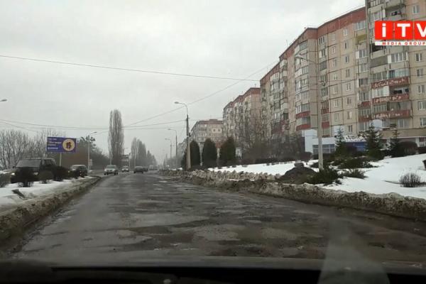Краще б сніг лежав: у Рівному частина дороги перетворилась на суцільні ями (Відео)