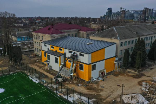 У місті Дубно завершують будувати басейн