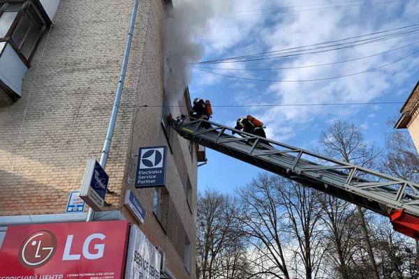Жінка вистрибнула з вікна палаючої квартири на вулиці С. Бандери у Рівному (ФОТО)