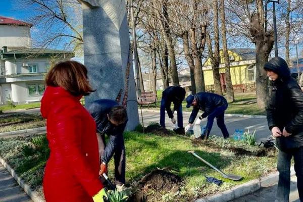 Здолбунів впорядкували до Великодніх свят та висадили троянди (ФОТО)