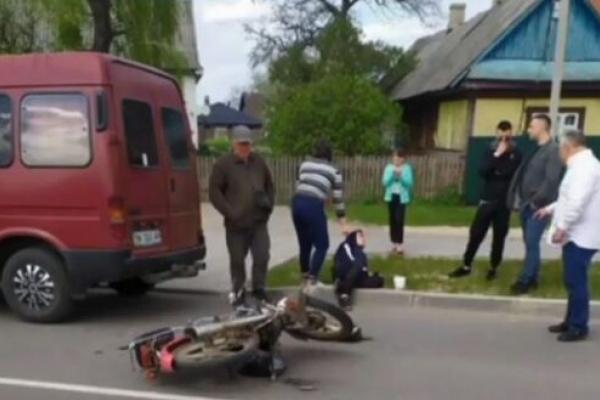 У Сарнах неповнолітній мотоцикліст врізався у мікроавтобус