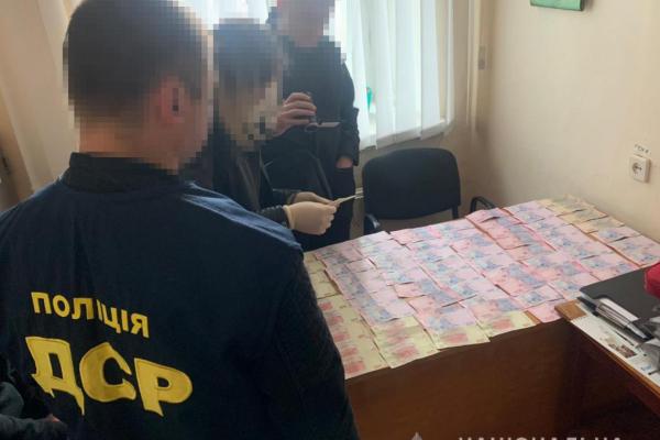 Поліцейські Рівненщини затримали посадовця автомобільного ремонтного заводу
