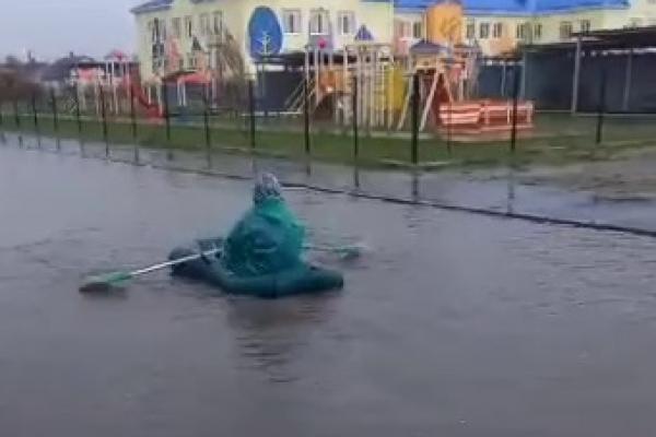 На Рівненщині люди плавають по вулицях на човнах (ФОТО, ВІДЕО)