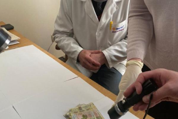 Вимагав хабар у жінки з інвалідністю: на Рівненщині лікарю повідомили про підозру