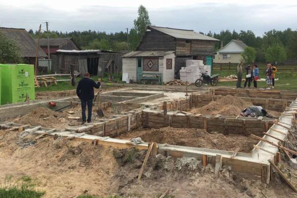 Кіборгу з Березнівщини, в якого згорів будинок, зводять житло «з нуля»