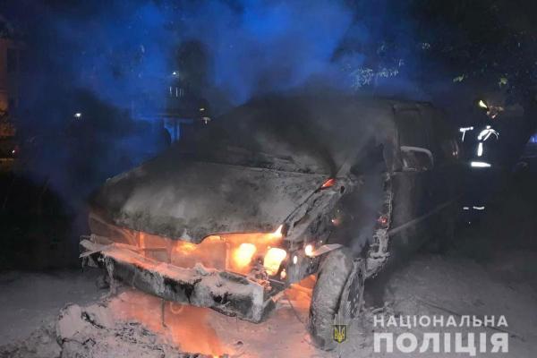 Поліцейські встановлюють осіб, причетних до підпалу авто у Рівному