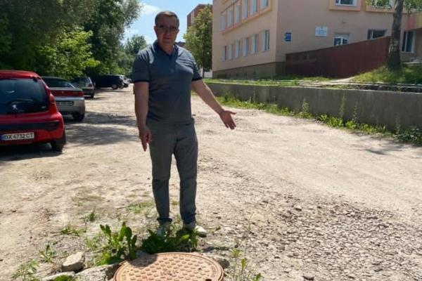 Під'їзд до приймального відділення Рівненської обласної лікарні потребує ремонту (ФОТО)