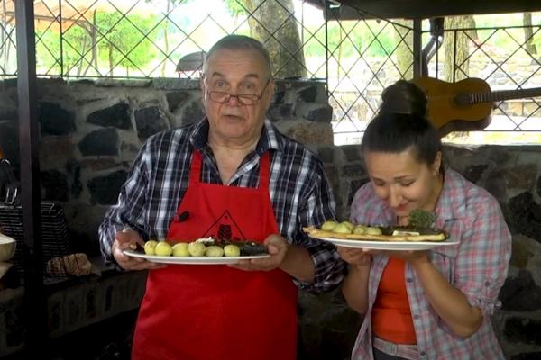 Відомий рівненський бард Володимир Шишкін поділився рецептом печеного сібаса (ВІДЕО)