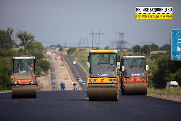 Поблизу Рівного розпочали укріплювати основу дороги