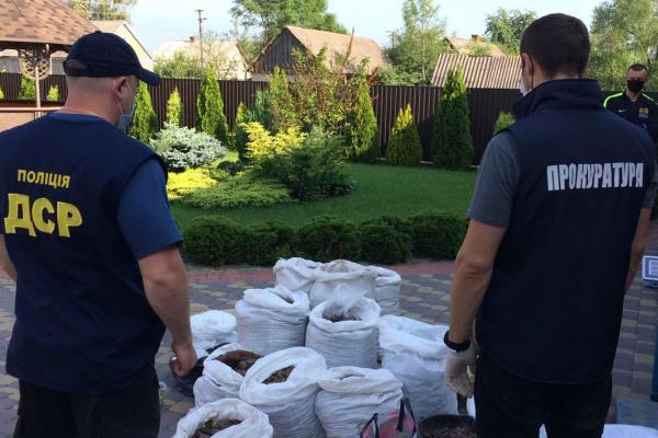 За півроку на Рівненщині вилучено понад 1540 кг каміння бурштину