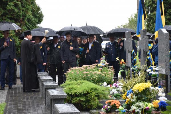 Сьогодні на Рівненщині вшановують пам'ять захисників України (ФОТО)