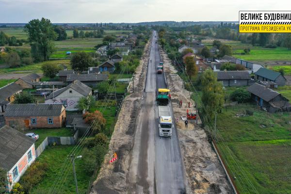 Біля села Орв'яниця Сарненського району оновлюють трасу Н-25