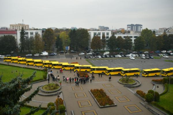 П'ятнадцять шкіл Рівненщини отримали нові автобуси