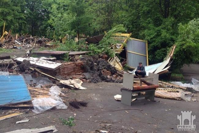 Скандальну «пательню» в парку знесли (Фото)