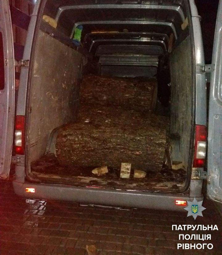 Затримали мікроавтобус з незаконним вантажем (Фото)