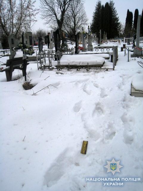 На Рівненщині затримали чоловіка за наругу над могилою