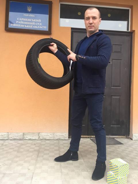 На Рівненщині водій, що втрапив колесом у вибоїну на дорозі, виграв суд