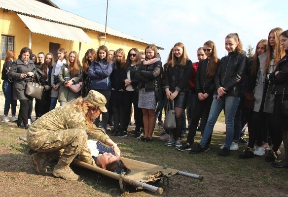 Рівненські військові вчили місцевих школярів тактичній медицині