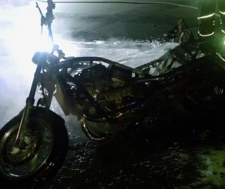 У Рівному рятувальники ліквідували загорання мотоцикла