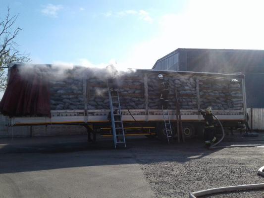 У Рівному загорілася фура з деревним вугіллям