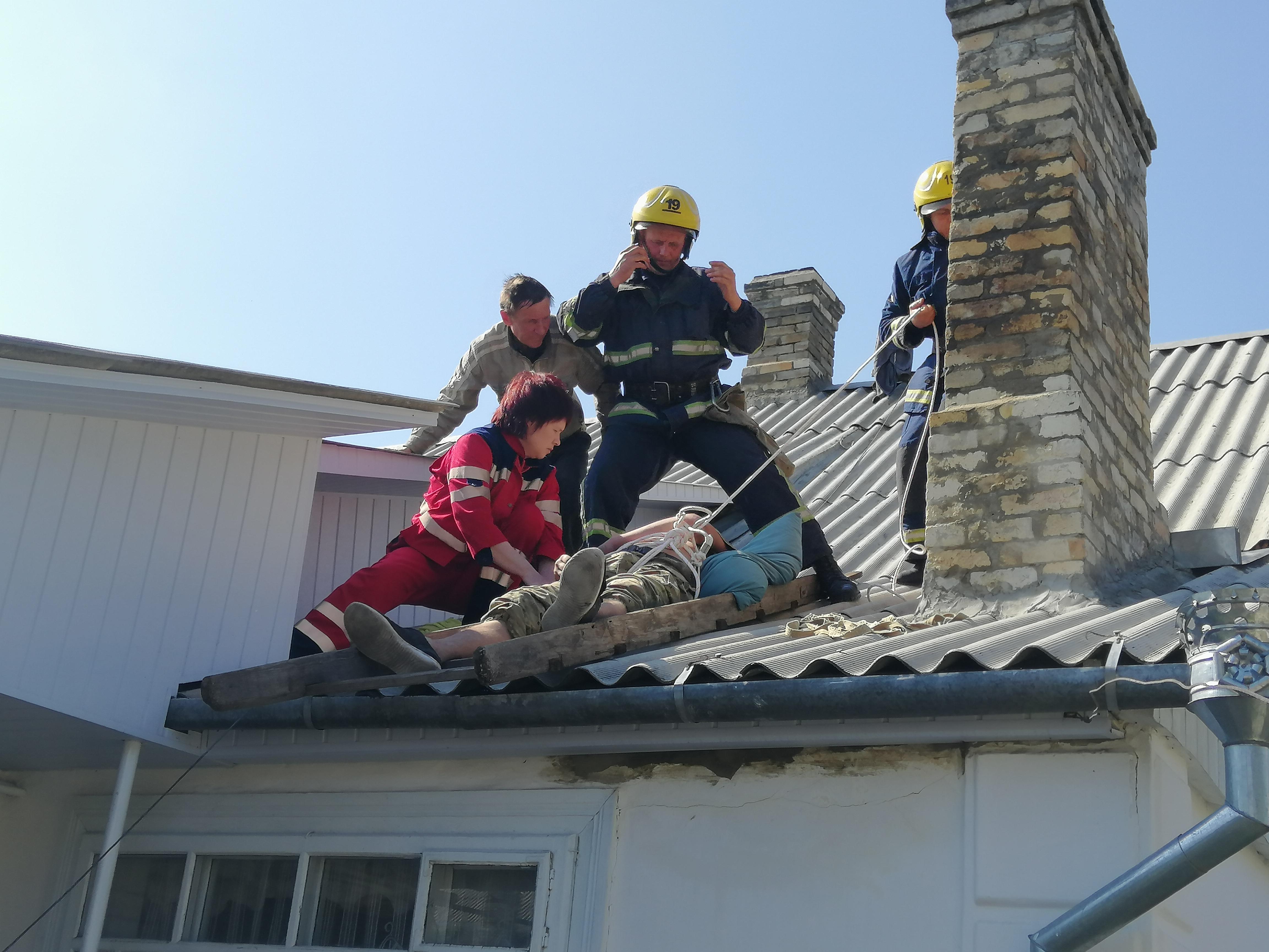 Коcтопільські рятувальники зняли з даху непритомного чоловіка