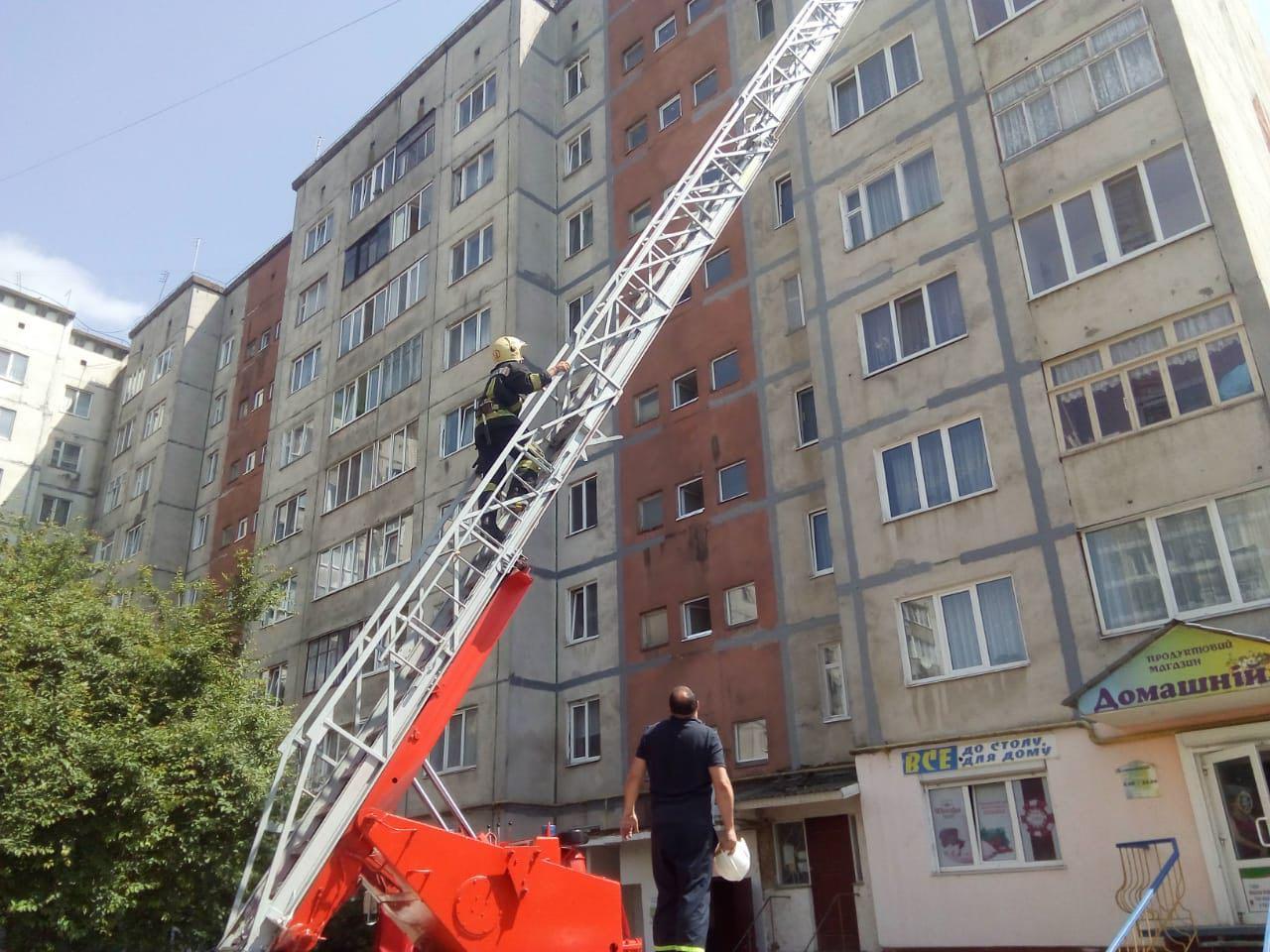 Рівненські рятувальники допомогли відчинити двері балкону