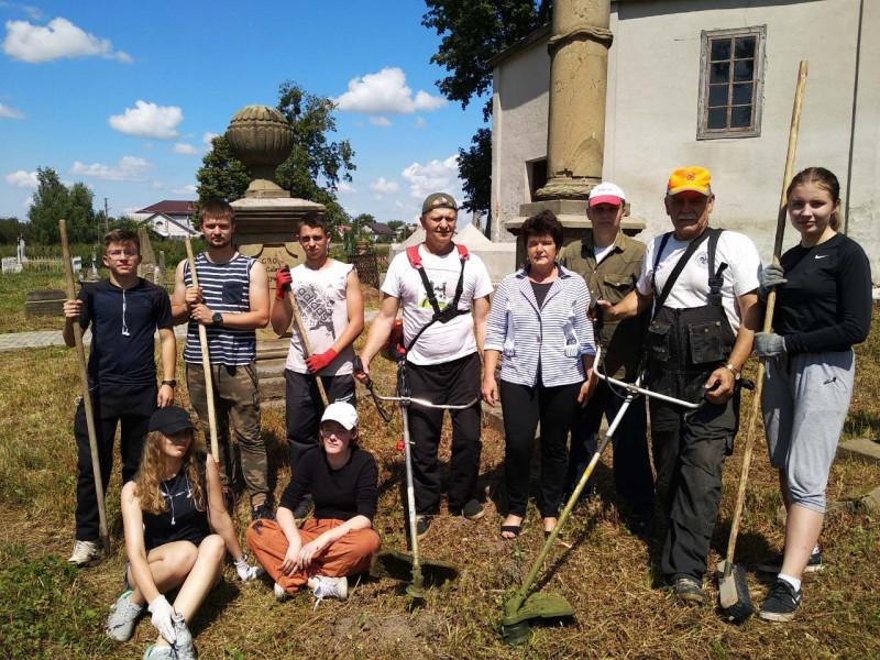 У Корці польські волонтери впорядкували кладовище