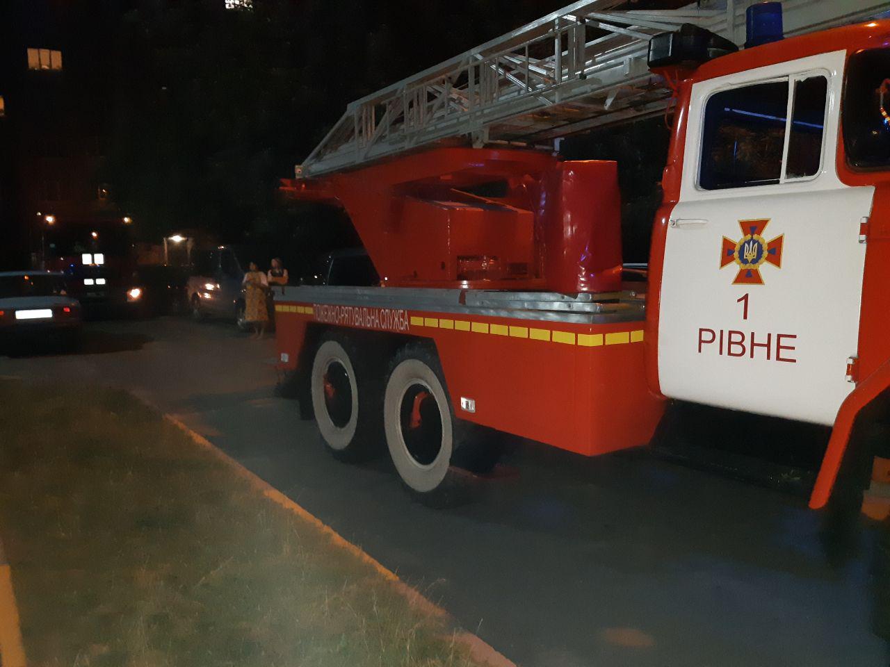 У Рівному під час пожежі вогнеборці врятували 15 людей