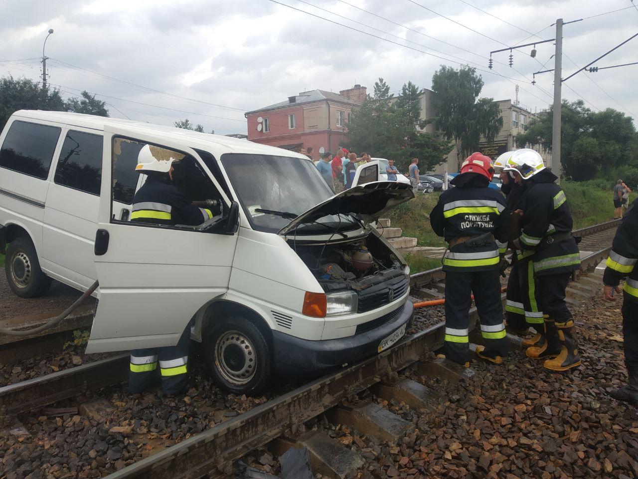 Рівненські рятувальники ліквідували пожежу у автомобілі