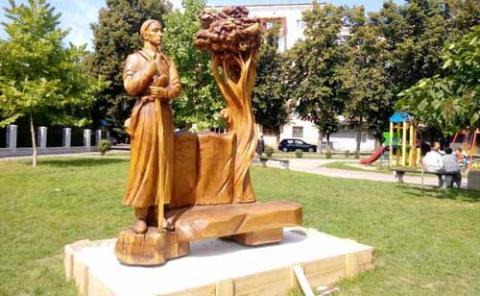 У Рівному з'явилася дерев'яна скульптура Григорія Сковороди