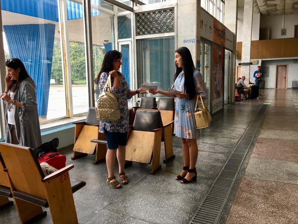 Пасажирам Рівненського аеропорту розповіли про виїзд з дитиною за кордон