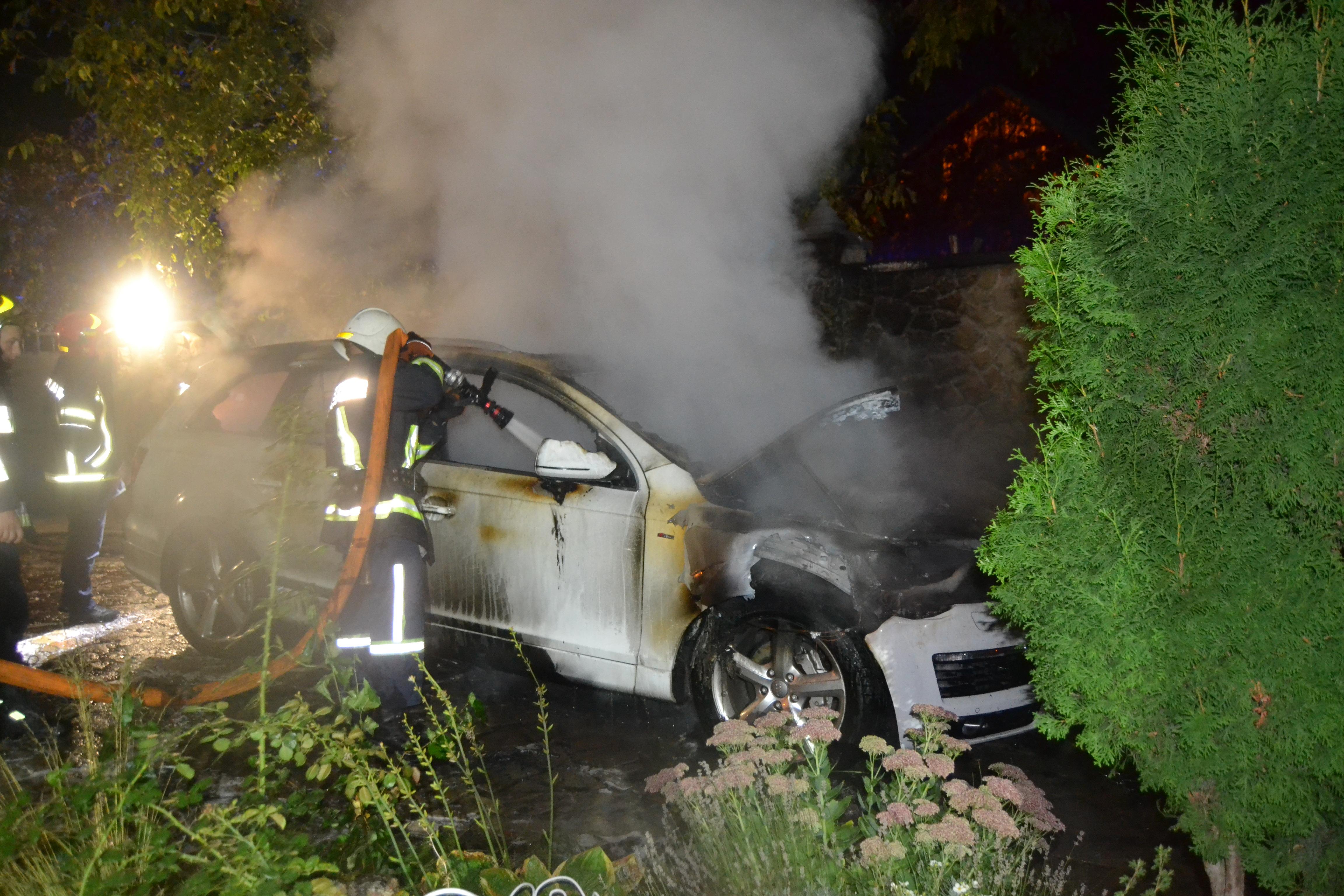 Рівненські рятувальники ліквідували пожежу позашляховика