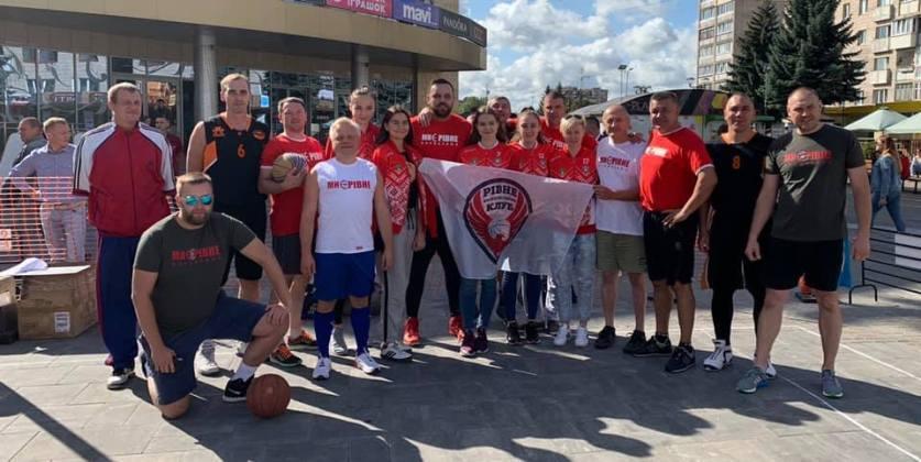 Діти, депутати, ветерани та уболівальники разом зустріли свято на баскетбольному майданчику