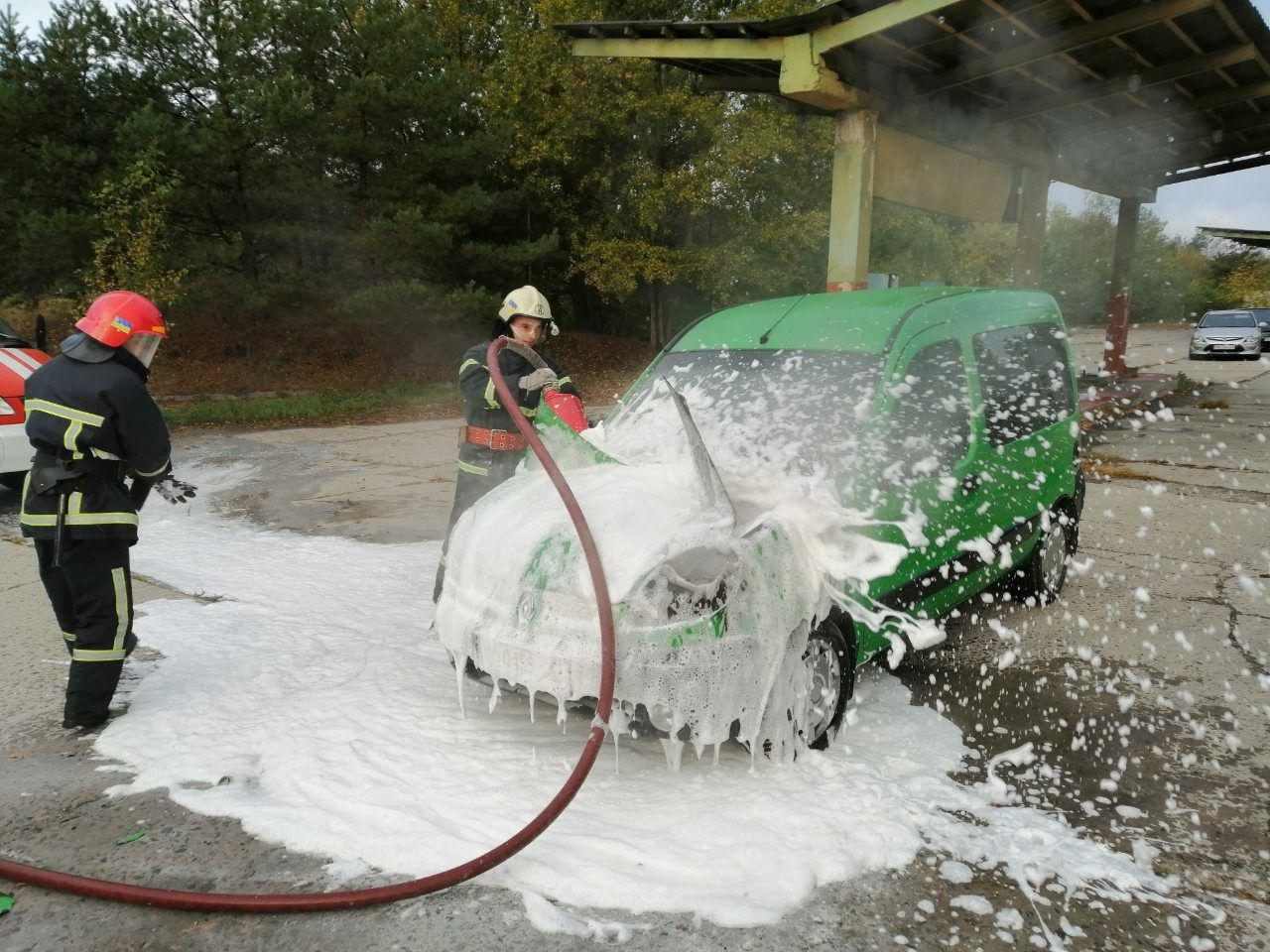 Вараські вогнеборці врятували автомобіль