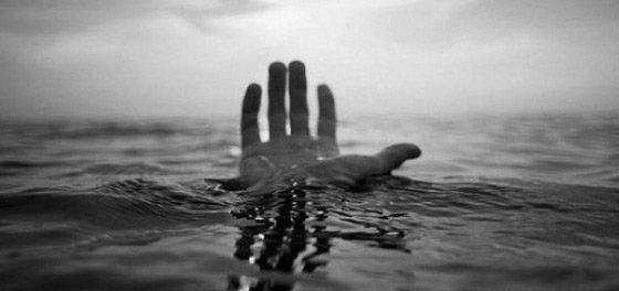Купував спиртне, а згодом його знайшли мертвим: у Рівному втопився чоловік